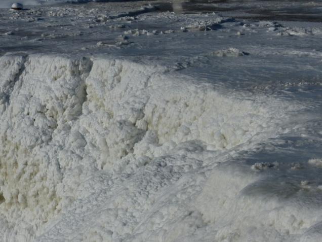 kakabeka-falls-frozen